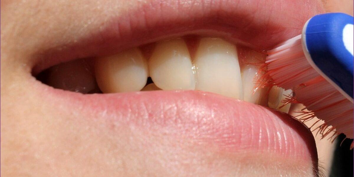 A rossz lehelet okának azonosítása. Számoljon le a kellemetlen szájszag (halitosis) okaival