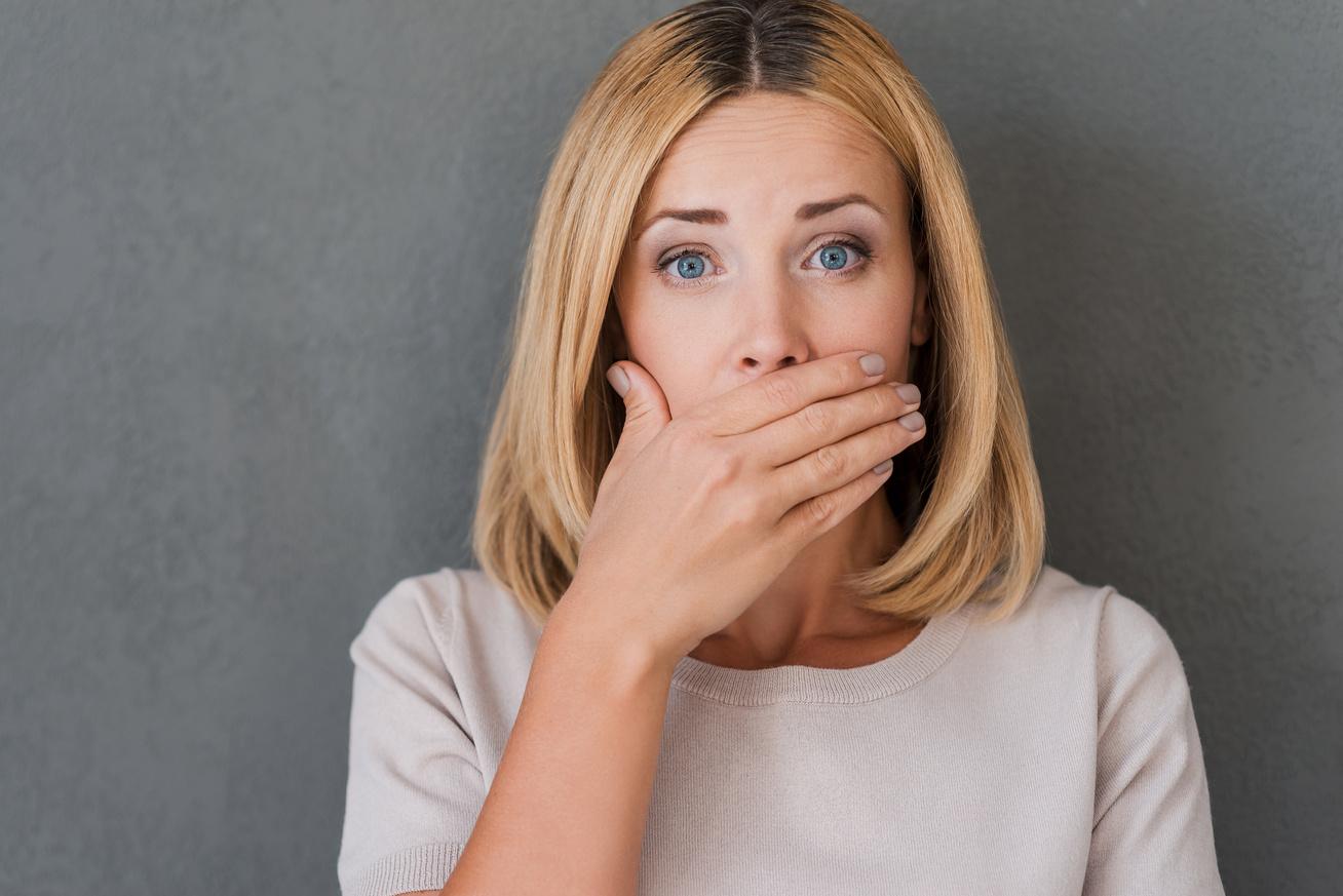 Összegyűjtöttük a fogínygyulladás tüneteit és figyelmeztető jeleit | parodontax Durva lehelet okoz